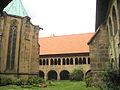 Innenhof des Hildesheimer Doms.jpg