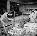 Inpakkers aan het werk in de fabriek, Bestanddeelnr 252-8915.jpg