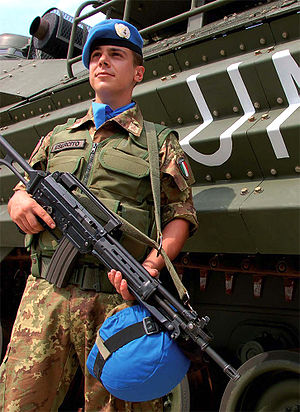 English: A soldier from the Italian Army stand...