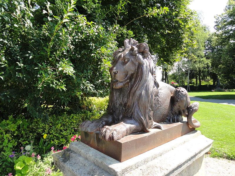 Statue de lion dans le jardin de l'Hôtel de Ville d'Épernay