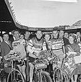 Jo de Roo (rechs) winnaar Bordeaux-Parijs In het midden zijn gangmaker Links …, Bestanddeelnr 913-9821.jpg