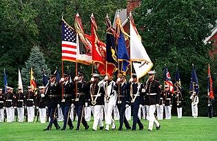 United States Joint Service Color Guard dum parado en Fort Myer