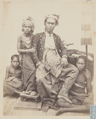 KITLV 4373 - Isidore van Kinsbergen - Goesti Ngoera Ketoet Djilantik, raja of Boeleleng, with his daughter Gusti Ayu Poetoe and his entourage. - 1865.tif