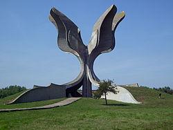 KZ-Jasenovac-Denkmal-Seitenansicht.JPG