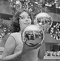 Kerstmis nadert jonge vrouw toont grote kerstballen, Bestanddeelnr 918-5561.jpg