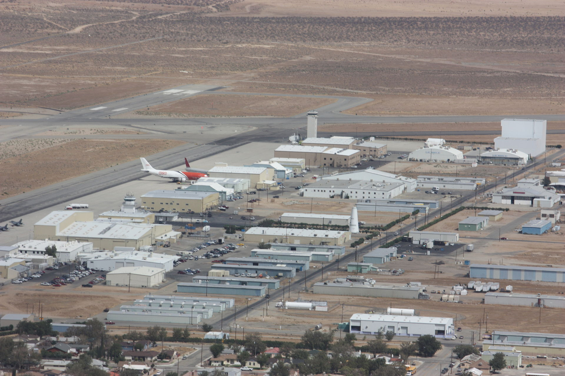 1920px-Kluft-photo-aerial-Mojave-Spacepo