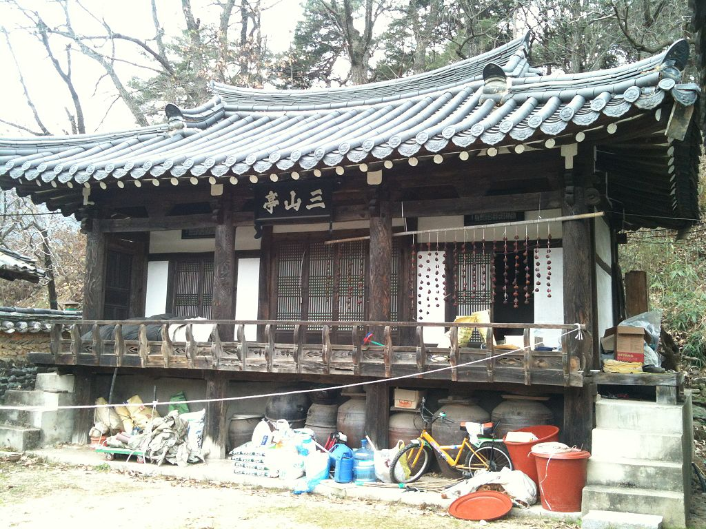 ^ File:Korean traditional house.JPG - Wikimedia ommons