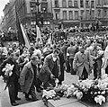 Kranslegging door bevrijde Franse politieke gevangenen op het graf van de Onbeke, Bestanddeelnr 900-2600.jpg