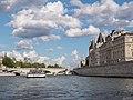 La Conciergerie vista desde el Sena (16730486649).jpg