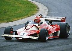 Niki Lauda alla guida della 312 T2 durante le prove del Gran Premio di Germania 1976, un giorno prima del suo drammatico incidente.