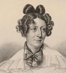 Litografi: portrett av en kvinne, hvitt plagg med små volanger, stor sløyfe rundt halsen, langt hår, men flatt på toppen, sofistikerte krøller på sidene og bak på hodet