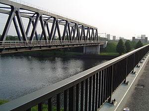 Maas–Waal Canal - Image: Le pont du chemin de fer avec au fond des HLM de Dukenburg