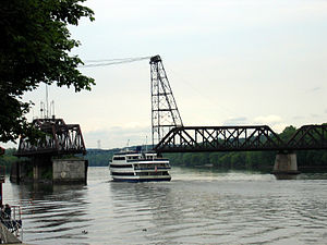 Livingston Avenue Bridge - A tour boat heading north passes through the Livingston Avenue Bridge
