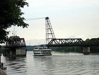 Livingston Avenue Bridge - A tour boat heading north passes through the Livingston Avenue Bridge