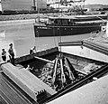 Lossen van schroot in de haven van Bazel-Kleinhüningen, Bestanddeelnr 254-1290.jpg