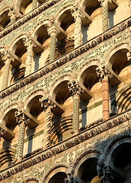File:Lucca - Chiesa di San Michele, arcatelle dettaglio.jpg