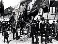 Män i demonstrationståg med fanor. Stockholm, första maj 1902 - Nordiska Museet - NMA.0029850.jpg