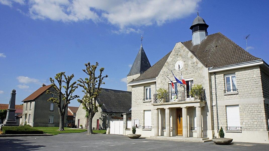 La place du village avec la Mairie, l'église et le monument aux morts de Caurel.