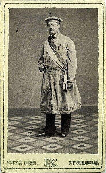File:Man i frimurardräkt. Kabinettsporträtt - Nordiska Museet - NMA.0054192.jpg