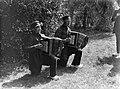 Mannen in Achterhoekse klederdracht met accordeons in Gorssel, Bestanddeelnr 190-0097.jpg