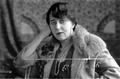 Maria Pawlikowska-Jasnorzewska w swoim mieszkaniu.png