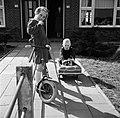 Marietje, de achtjarige dochter van Gerard, op haar autoped in de voortuin, same, Bestanddeelnr 254-3303.jpg