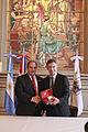 Mauricio Macri firma convenio con el Alcalde de Asunción del Paraguay (6483728455).jpg