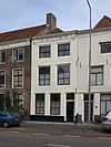 Huis met gepleisterde gevel, in lijst gedateerd 1727