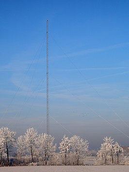 De 196 meter hoge zendmast in de winter