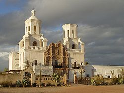 La Misión de San Xavier del Bac, situada al sur de Tucson, es un típico ejemplo de arquitectura española colonial.