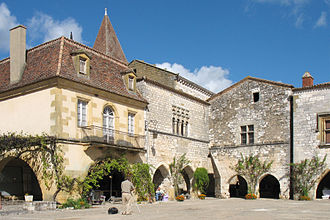 Bastide - Rebuilding of various epochs in the bastide of Monpazier has preserved the market square couverts of the first planning.