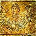Mosaïque romaine d'Égypte représentant le poète grec Alkman buvant du vin.jpg