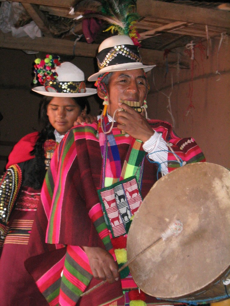 Mujeres aymara con siku y caja - flickr-photos-micahmacallen-85524669 (CC-BY-SA)