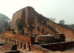 """নালন্দা বিশ্ববিদ্যালয়কে """"লিখিত ইতিহাসের প্রথম মহান বিশ্ববিদ্যালয়"""" মনে করা হয়। ৪৫০-১১৯৩ খ্রিষ্টপূর্বাব্দের মধ্যবর্তী সময়ে এই বিশ্ববিদ্যালয় ছিল বৌদ্ধ শিক্ষা ও গবেষণার মূল কেন্দ্র।"""