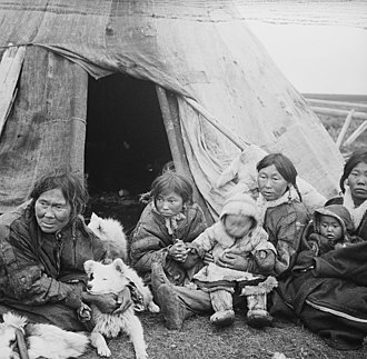 Nenets people - Image: No nb bldsa 3f 048 Nentser (folkegruppe) kvinner og barn foran inngangen til teltet sitt. (6435260555)