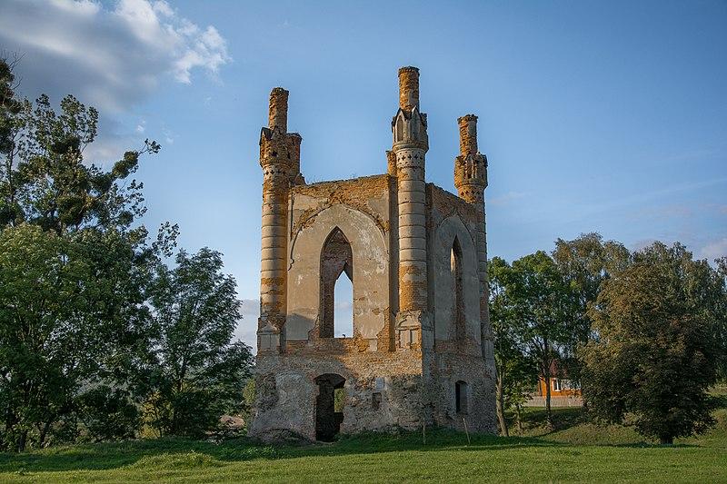 Руїни замку, с. Новомалин. Найкраща світлина Рівненської області. Автор фото — Demmarcos, поширюється на умовах вільної ліцензії CC BY-SA 4.0