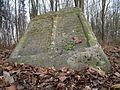Nowy cmentarz żydowski w Piaskach-ocalałe macewy.jpg