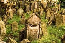 Des pierres tombales sens dessus dessous.