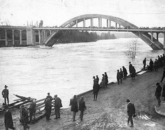 Oregon City Bridge - Image: Oregon City Arch Bridge, 1922 (32864398296)