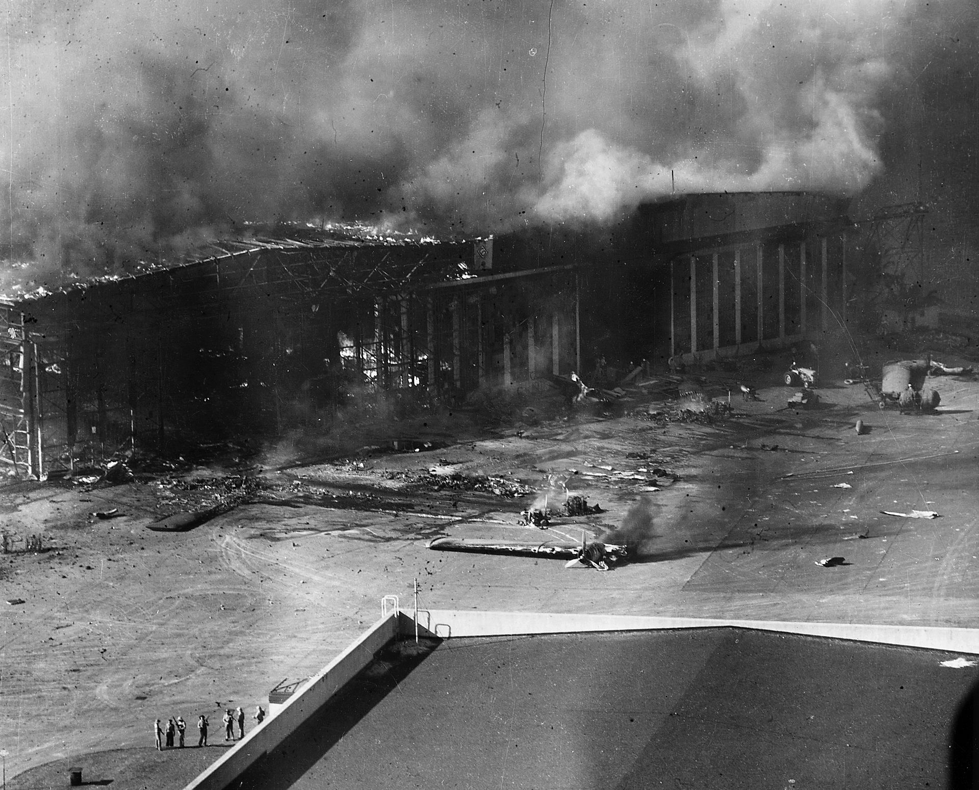 1920px-PLanes_burning-Ford_Island-Pearl_