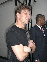 Patrick Swayze en Londres, saludando a algunos fans después de la obra de teatro Guys and Dolls en 2006.