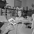 Paulette Goddard in de woonkamer van de villa in Porto Ronco met een boekje, Bestanddeelnr 254-4749.jpg