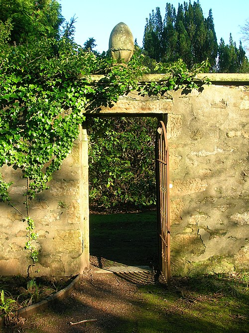 Perceton wall garden door and pineapple