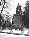 Photograph of Infantrymen at the Bronze Monument to Auguste Barholdi - NARA - 6928079.jpg