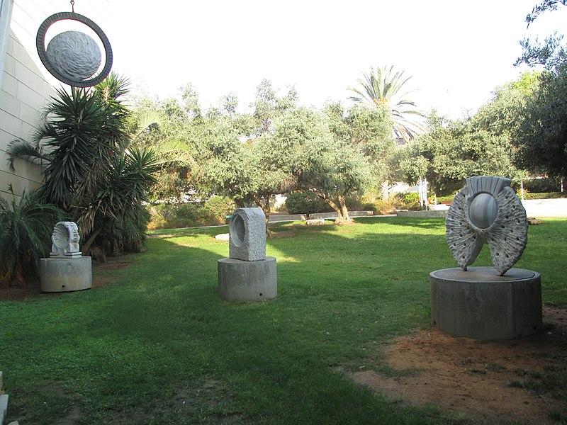 פסלים בתיאטרון גבעתיים