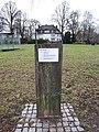 Plakette zum Glaspavillion von Dan Graham im Alsterpark an der Fährhausstraße.jpg