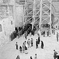 Priesters van de Grieks Orthodoxe kerk in processie onder de steigers bij het ve, Bestanddeelnr 255-5258.jpg