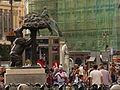 Puerta del Sol, gente en torno al Oso, Madrid, España, 2015.JPG