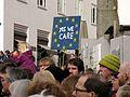 Pulse of Europe, Pro-Europa-Demo auf dem Augustinerplatz in Freiburg, Plakat Yes we care.jpg