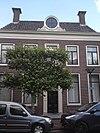 foto van Vijf traveeën breed deftig woonhuis met rechte kroonlijst